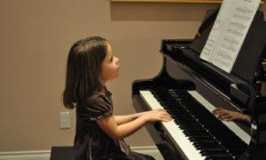 Đặt tay đúng cách lên bàn phím piano qua vài phương án sau