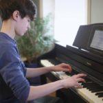 Lý do mới học đàn piano điện không thể vừa đệm vừa hát được